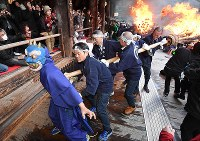 大和路に春を呼ぶ火祭り「だだおし」で、大たいまつを従えて境内を練り歩く青鬼=奈良県桜井市で2019年2月14日午後4時46分、山崎一輝撮影