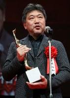 第73回毎日映画コンクールの表彰式であいさつする日本映画大賞を受賞した「万引き家族」の是枝裕和監督=川崎市川崎区のカルッツかわさきで2019年2月14日午後5時50分、玉城達郎撮影