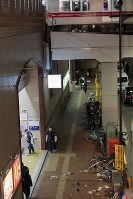 後楽園駅の出入り口付近で男が刃物で人を切りつけた現場を調べる警察官ら=東京都文京区で2019年2月14日午後8時54分、和田大典撮影
