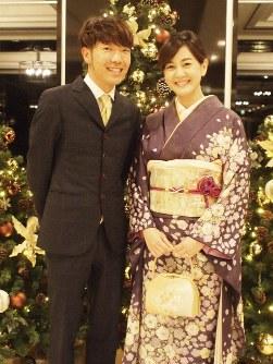 お笑いコンビ「アキナ」の秋山賢太さん(左)とABCテレビの塚本麻里衣アナウンサー=ABCテレビ提供