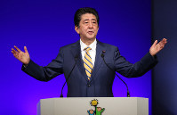 自民党大会で演説する安倍晋三首相=東京都港区で2019年2月10日、玉城達郎撮影