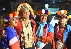 伝統衣装を着たツォウ族の人たち。左から2人目の男性は特富野(トフヤ)地区の頭目(リーダー)=台湾中部・嘉義県達邦村で2019年2月11日、福岡静哉撮影