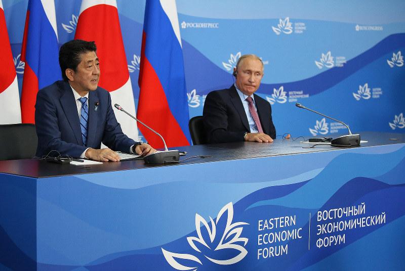 2018年9月にウラジオストクで開かれた東方経済フォーラムでは、日露平和条約交渉に関して安倍晋三首相はプーチン露大統領に押されっぱなしだった(Bloomberg)
