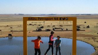 国道4号沿いのサービスエリア「Alzu」はサイ、カバ、インパラなどが放し飼いにされている人気スポット(写真は筆者撮影)
