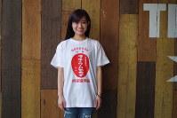「昭和レトロ」なテイストのロゴが人気を集めている「ラヂウム玉子」Tシャツ=阿部留商店提供