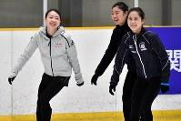 公開練習で笑顔を見せる紀平梨花(左)と宮原知子(右)ら=大阪府高槻市の関大たかつきアイスアリーナで2019年2月15日、小松雄介撮影