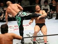 「プロレスリング・マスターズ」でドラゴンスクリューを決める藤波辰爾(右)=東京都文京区の後楽園ホールで2019年2月15日午後、山本晋撮影