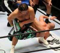 「プロレスリング・マスターズ」でサソリ固めを決める長州力(上)=東京都文京区の後楽園ホールで2019年2月15日午後、山本晋撮影
