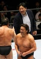 「プロレスリング・マスターズ」で試合後、リングに上がって長州力(手前右)、藤波辰爾(同左)と握手する前田日明=東京都文京区の後楽園ホールで2019年2月15日午後、山本晋撮影