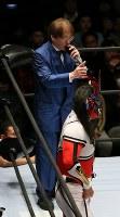 「プロレスリング・マスターズ」で選手紹介を担当したリングアナウンサーの田中ケロさん(奥)=東京都文京区の後楽園ホールで2019年2月15日午後、山本晋撮影