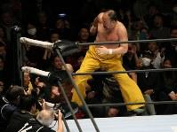 「プロレスリング・マスターズ」で場外に向かってヒップアタックを決める越中詩郎=東京都文京区の後楽園ホールで2019年2月15日午後、山本晋撮影
