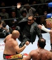 「プロレスリング・マスターズ」でセコンドから試合に乱入し、シャイニング・ケンカキックを決める蝶野正洋(中央)=東京都文京区の後楽園ホールで2019年2月15日、山本晋撮影
