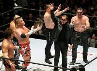 「プロレスリング・マスターズ」で勝利を喜ぶ蝶野正洋(右から2人目)らTEAM2000の選手たち=東京都文京区の後楽園ホールで2019年2月15日、山本晋撮影