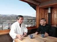 余呉湖を望む「徳山鮓」の居室で、言葉をかわす店主の徳山浩明さん(左)と桂南光さん=滋賀県長浜市で