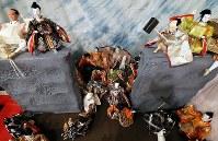ベルリンの壁崩壊をひな人形で表現した「福よせ雛」=岐阜県郡上市で2019年2月1日、兵藤公治撮影