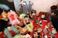 お立ち台で踊るひな人形などが展示され平成を振り返る「福よせ雛」=岐阜県郡上市で2019年2月1日、兵藤公治撮影