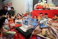 ウィンドウズ95を手にするひな人形などが展示され平成を振り返る「福よせ雛」=岐阜県郡上市で2019年2月1日、兵藤公治撮影