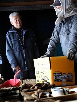 種に使う長芋の出荷作業する松平久雄さん(69)宅を訪れ、話をする渡辺さん(左)。冬でも農家として働く地域の仲間だ=北海道厚真町で2019年2月13日、貝塚太一撮影