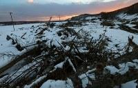 地震による土砂が流れてきた当時のまま雪が積もる吉野地区。「水路も一緒で農家としても協力してきた。みんな顔を知っているなじみの人たちばかり。この景色はいつもたまらなくなる」と渡辺さんはつぶやいた=北海道厚真町で2019年2月12日、貝塚太一撮影