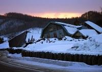 倒壊した建物が残る吉野地区=北海道厚真町で2019年2月12日、貝塚太一撮影