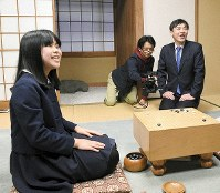 Risa Ueno, an elementary school sixth-grader, is seen at a press conference on Feb. 15, 2019, at the Nihon Ki-in (Japan Go Association) headquarters in Tokyo's Chiyoda Ward. Ueno will be the third-youngest female Go player to go pro when she makes her debut on April 1 this year. (Mainichi/Hiroshi Maruyama)
