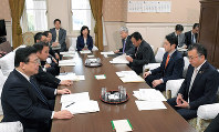 Leading members of the House of Representatives Budget Committee read the minutes of a labor ministry study panel on a review of a labor statistics data collection method, on Feb. 15, 2019. (Mainichi/Masahiro Kawata)
