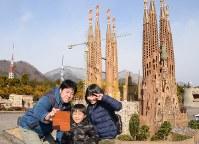 サグラダ・ファミリアを背景に記念撮影する観光客=栃木県日光市の東武ワールドスクウェアで、花野井誠撮影