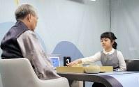 曹薫鉉九段(左)と対局する仲邑菫さん=ソウル郊外で2019年1月30日、渋江千春撮影