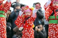 両親らの古里である浪江町で初めて「請戸の田植踊」を披露する鈴木寿奈さん(中央)=福島県浪江町で2019年2月17日午前10時54分、喜屋武真之介撮影