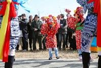 両親らの古里である浪江町で初めて「請戸の田植踊」を披露する鈴木寿奈さん(中央)=福島県浪江町で2019年2月17日午前10時56分、喜屋武真之介撮影