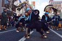 烏帽子を激しく振って「どうさいえんぶり」を披露する太夫たち=青森県八戸市で2019年2月17日、北山夏帆撮影
