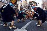 烏帽子を激しく振り「どうさいえんぶり」を摺る太夫たち=青森県八戸市で2019年2月17日、北山夏帆撮影