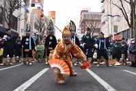 えびす様がタイを釣る様子を表現した祝福芸「えびす舞」を披露する子供=青森県八戸市で2019年2月17日、北山夏帆撮影