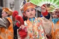 右手に小づち、左手に扇子を持って舞う祝福芸「大黒舞」を披露する子供=青森県八戸市で2019年2月17日、北山夏帆撮影