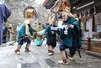 長者山新羅神社で「奉納摺り」を披露する太夫たち=青森県八戸市で2019年2月17日、塚本弘毅撮影