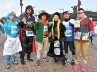 北九州市出身の漫画家・松本零士さんの作品にちなんだキャラクターに扮し、スタートを待つランナーたち=北九州市小倉北区で2019年2月17日午前8時37分、徳野仁子撮影
