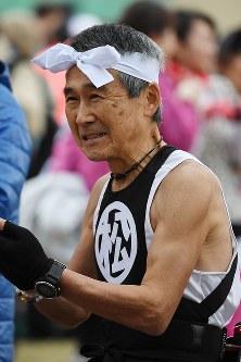 お気に入りのコスチュームでレースに臨む参加者=北九州市小倉北区で2019年2月17日午前7時42分、上入来尚撮影