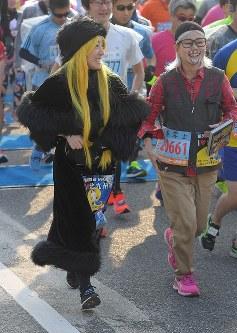 思い思いの格好でレースを楽しむランナー=北九州市小倉北区で2019年2月17日午前9時1分、津村豊和撮影