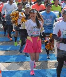 思い思いの格好でレースを楽しむランナー=北九州市小倉北区で2019年2月17日午前9時3分、津村豊和撮影