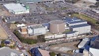市立いのちのたび博物館前を走るランナーたち=北九州市八幡東区で2019年2月17日午前10時2分、本社ヘリから森園道子撮影