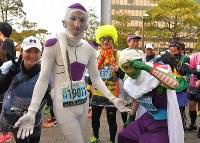 ドラゴンボールのキャラクターに扮し、スタートを待つランナーたち=北九州市小倉北区で2019年2月17日午前8時23分、徳野仁子撮影