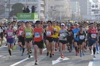 一斉にスタートするランナーたち=北九州市小倉北区で2019年2月17日午前9時、徳野仁子撮影