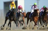 フェブラリーSでJRA所属の女性騎手として初めてG1レースに騎乗し、コパノキッキングで5着となった藤田菜七子騎手(左)=東京競馬場で2019年2月17日午後3時43分、宮武祐希撮影