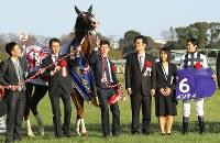 G1レース「フェブラリーS」で優勝し、騎乗したインティと記念撮影に臨む武豊騎手(右)=東京競馬場で2019年2月17日午後3時55分、宮武祐希撮影