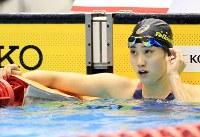競泳女子100メートル自由形決勝を制した青木智美=千葉県国際総合水泳場で2019年2月17日、梅村直承撮影