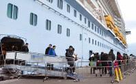 博多港に入港した大型クルーズ船から上陸する外国人観光客ら。国内で上陸後に姿を消すケースが増えている=福岡市博多区で2019年1月10日午前7時52分、宮原健太撮影(画像の一部を加工しています)