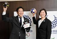 ハンドボールを手に競技の盛り上がりへの期待を示すスポーツ庁の鈴木長官(左)とハンドボール女子日本代表の原主将=根岸基弘撮影