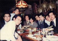 制度問題対策室の仲間との解散パーティー。小林社長は右から3番目=1985年3月撮影、本人提供