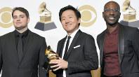 米グラミー賞で最優秀ミュージック・ビデオ賞の受賞作品を手掛けたヒロ・ムライ(中央)ら=ロサンゼルスで10日、AP