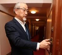 経営改善に向けてホテル幹部との会議に臨む朝倉博行さん=東京都内のホテルで